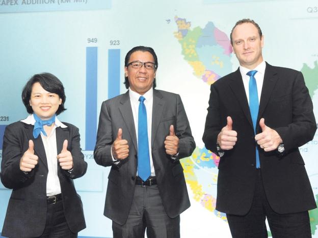 Shazalli (tengah) bersama Ketua Pegawai Kewangan Celcom, Christopher Tiffin (kanan) dan Timbalan Ketua Pegawai Kewangan Celcom, Jennifer Chui Fen Wong sewaktu umum keuntungan Celcom RM2.4 billion. (Sumber: Sinar Harian)